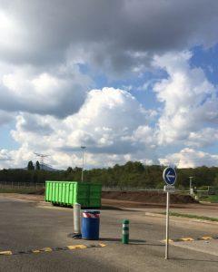 Après le cylindre, les déchets poursuivent leur transformation en compost à l'air libre.