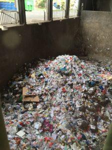 La fosse de réception de la collecte des bacs gris : point de départ du traitement de nos déchets au SMICTOM.